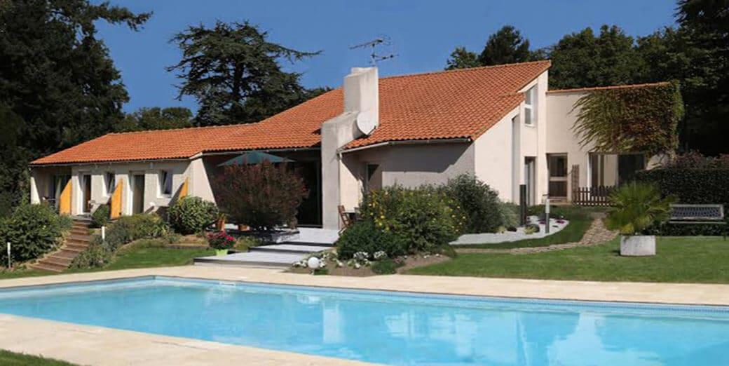 Maison d'hotes en Vendée avec 4 hébergements pour dormir à proximité du Puy du Fou, équipée d'une piscine chauffée et d'un spa