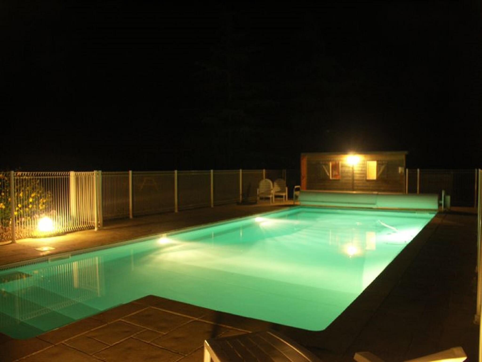 la piscine de nuit au logis du parc en Vendée